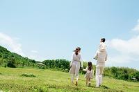 芝生を歩く日本人家族