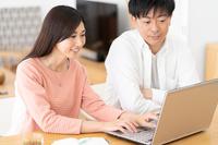 ノートPCを操作する日本人夫婦