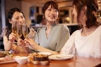 女子会で乾杯する日本人女性