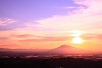 青森県 津軽平野 岩木山と夕日