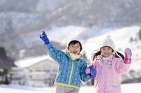 雪山で遊ぶ日本人の子供