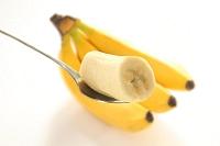 スプンにのったバナナと房
