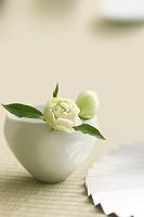 畳の上にある和食器に飾った花
