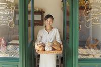 パン屋で働く主婦