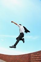 ジャンプする日本人ビジネスマン