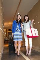 ホテルの廊下を歩く若い日本人女性