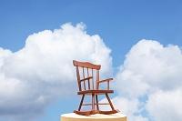 入道雲と木の椅子