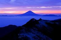 山梨県 南アルプスより雲海に浮かぶ夜明けの富士山