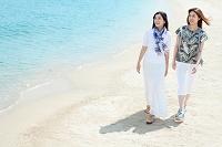 海辺を歩く日本人女性