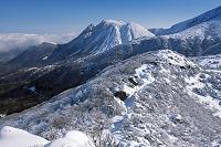 大分県 雪の沓掛山より三俣山