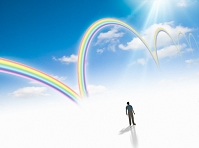 アーチ型に連なって伸びる虹を眺める