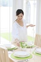 テーブルコーディネートをする日本人女性