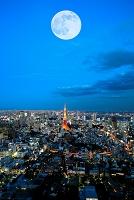 東京都 満月と大都会の夜景