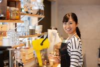 カフェで働く日本人女性の店員