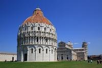 イタリア ピサ ドゥオーモとピサの斜塔(右奥)