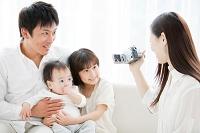 ビデオを撮る母親と父親と子供
