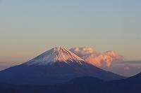 山梨県 櫛形山林道 夕暮れの富士山と山並み