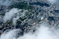 雲の切間より東京駅と丸の内 大手町