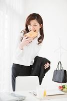 食パンを銜える出勤前の女性