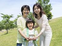 家の置物を持つ家族