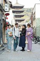 外国人観光客に京都を案内する着物の日本人女性