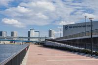 新豊洲のステージアラウンド東京と豊洲のビル群