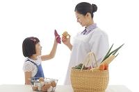 買い物帰りの割烹着のお母さんとおかっぱの女の子