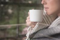 家でコーヒーを飲む女性