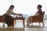 客室でくつろぐ日本人親子