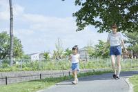住宅街を散歩する日本人親子