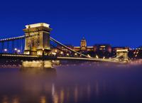 ハンガリー ブダペスト くさり橋と霧のドナウ川 夜景