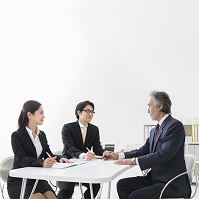 ミーティングをする日本人男女