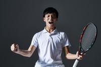 ガッツポーズするテニスプレーヤー