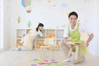 教室の片づけをする日本人男女の幼稚園の先生