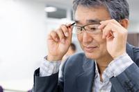メガネをかける日本人ビジネスマン