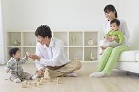 リビングで積み木で遊ぶ日本人家族
