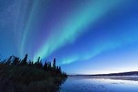 カナダ 夜明けのグラベル湖とオーロラ