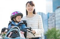 子連れで自転車通勤する女性