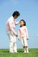 頭をなでている父と笑顔の娘