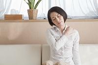 肩に手を当てる日本人女性