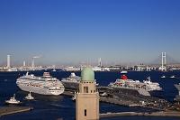 神奈川県 横浜港大さん橋と客船