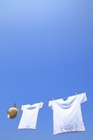 洗濯したTシャツと麦わら帽子と青空