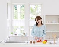 キッチンに立つ笑顔の日本人女性