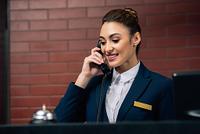 電話を受けるホテルマン