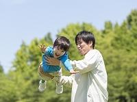息子を抱き上げる父親