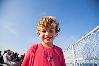 ブロンドヘアの笑顔の少年