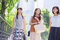 ショッピングバッグを持つ女性