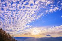 山梨県 櫛形山林道より富士山と朝日とうろこ雲