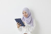 タブレットを見るムスリムの女性