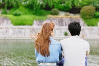 河川敷でデートをするカップル
